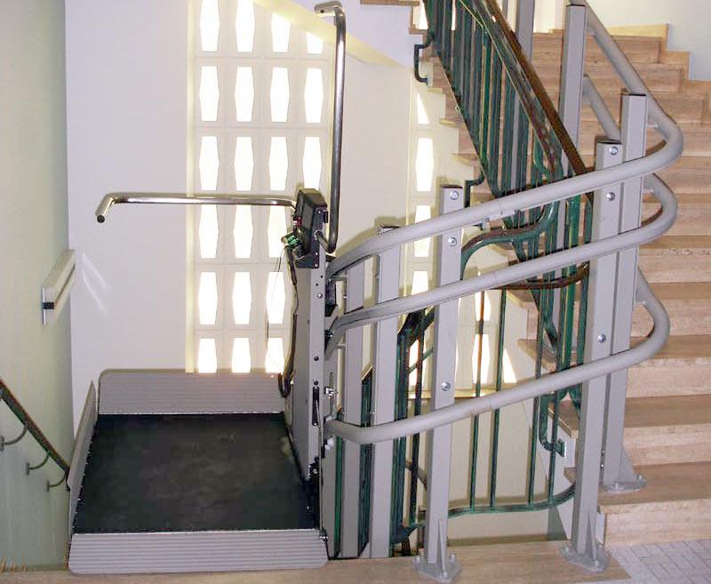 Overal rolstoeltoegang met een plateau traplift van de for Trap hellingshoek